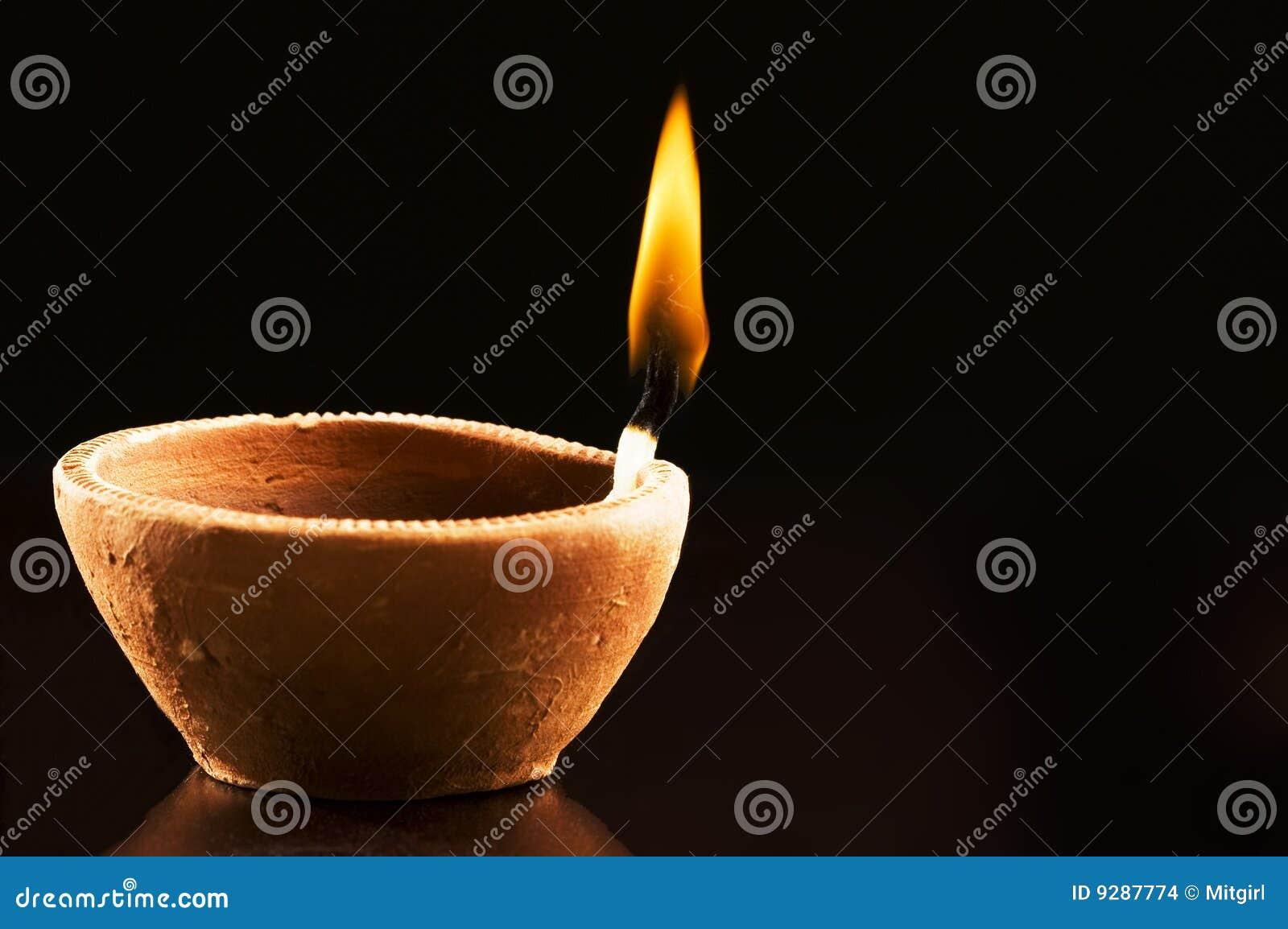 Brennende Flamme in der tönernen Lampe