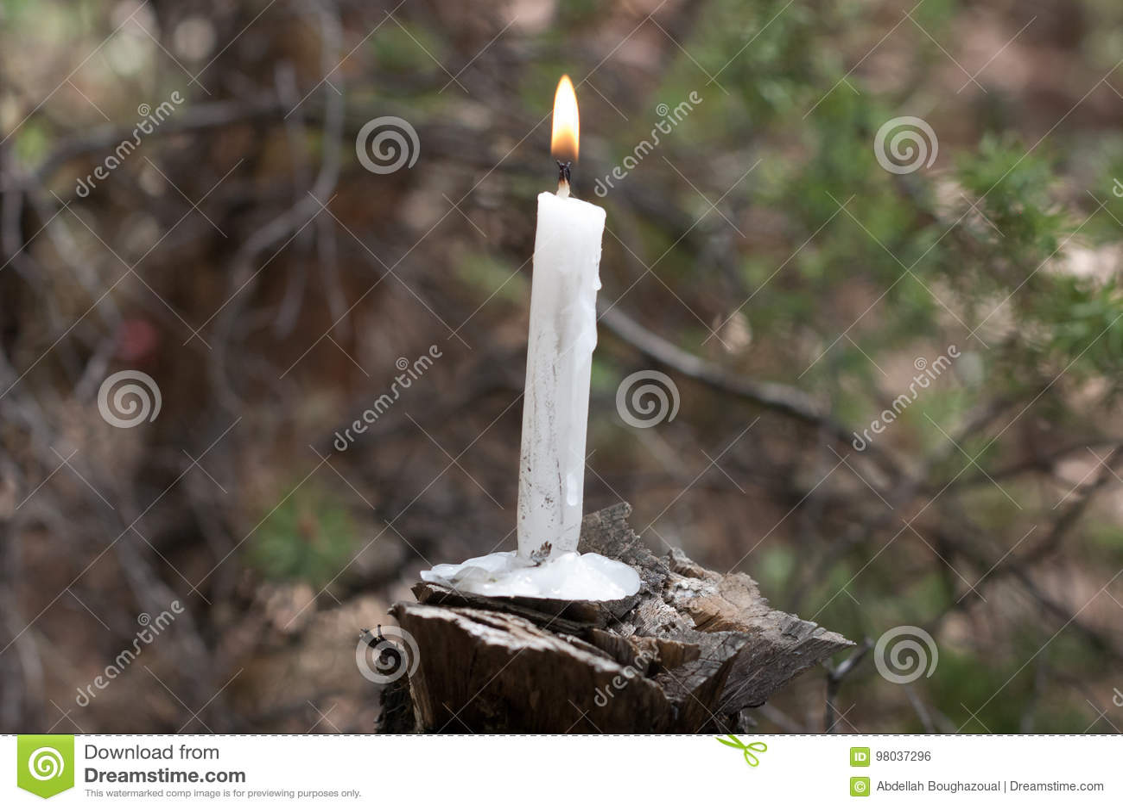 Brennende Kerze auf Holz