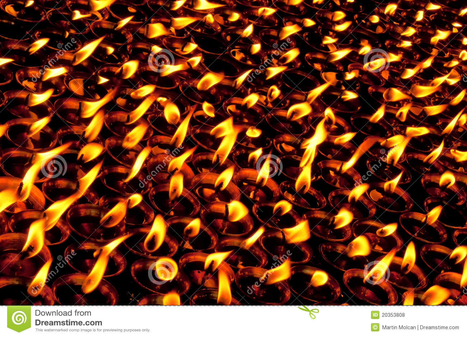 Brennende Kerzen im Tempel