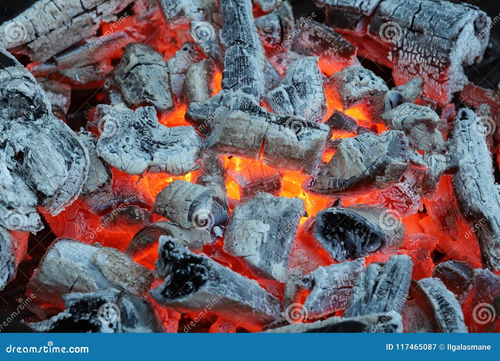 Brennende Kohlen bevor dem Grillen