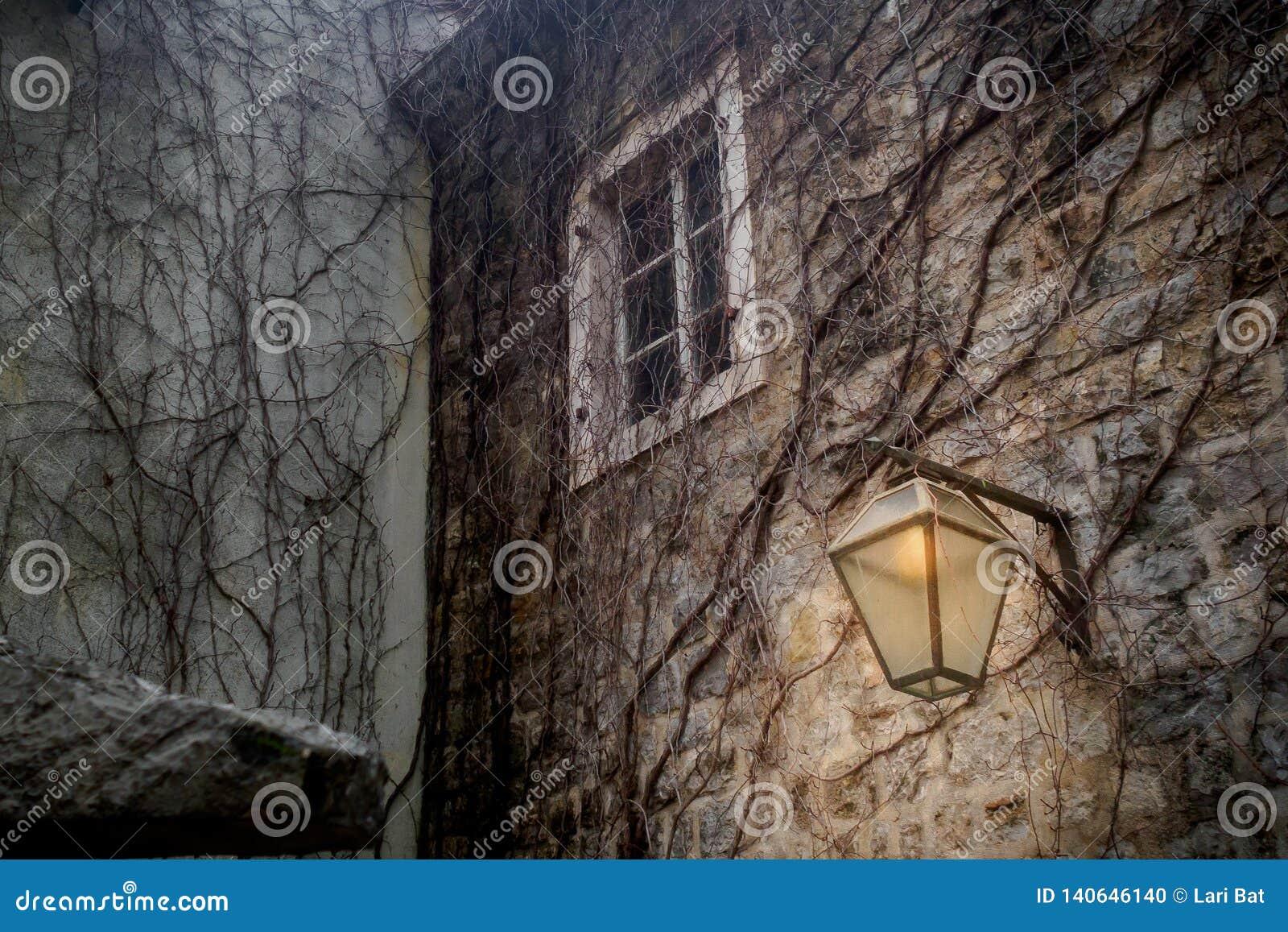 Brennende Laterne Auf Der Wand Der Alten Stadt Stockfoto   Bild von leuchtend, abend 140646140