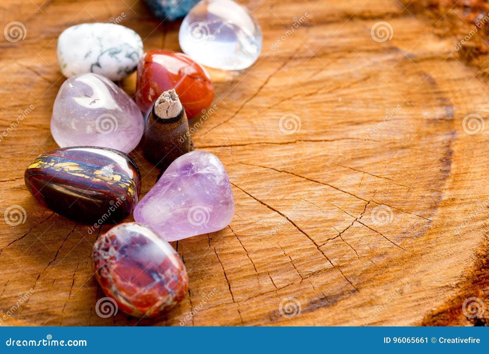 Brennender Weihrauchkegel mit gestolperten Kristall- Steinen auf Quer-sectio