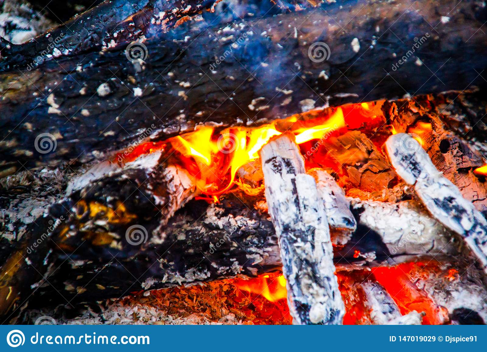 Brennendes Holz im Feuer