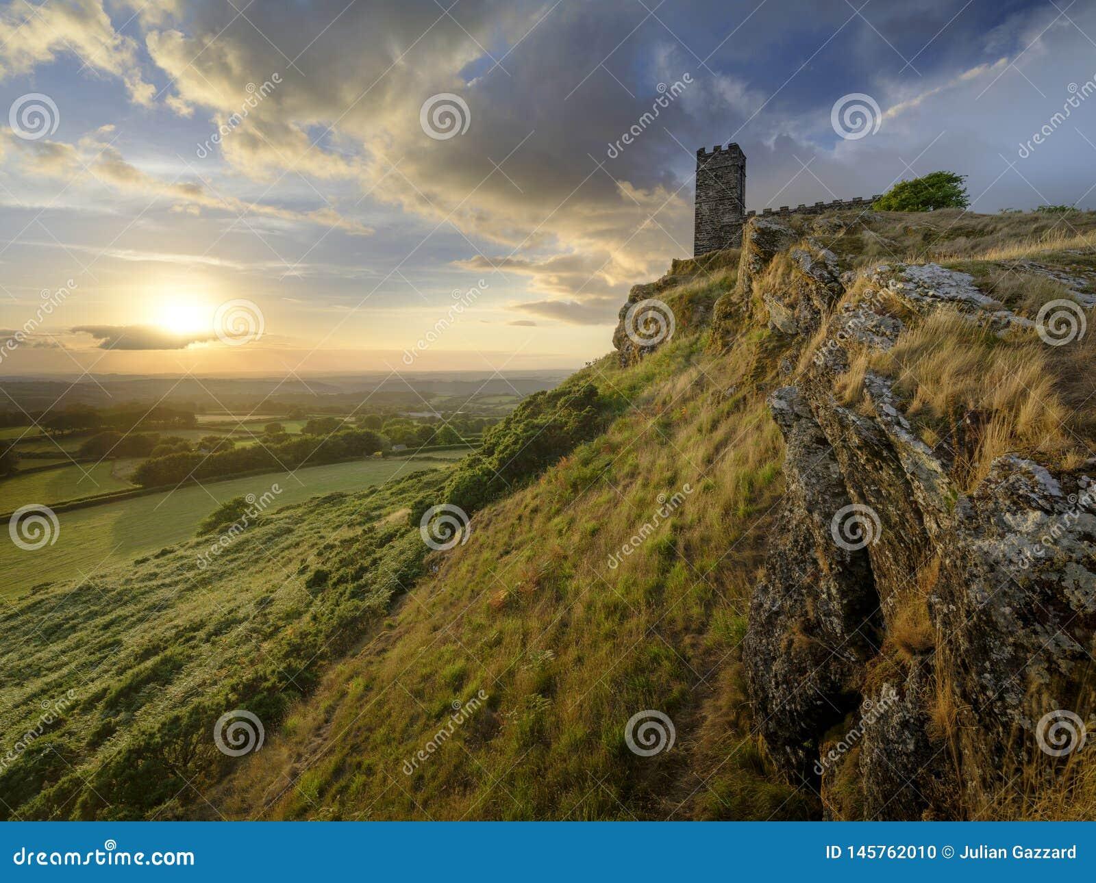 Brentor, con la iglesia de St Michael de Rupe - San Miguel de la roca, al borde del nacional de Dartmoor
