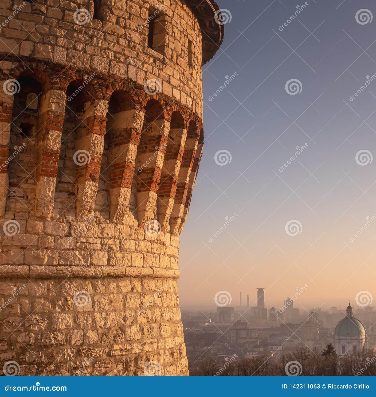 Brescia på solnedgången, framtidsutsikten över staden från slotten