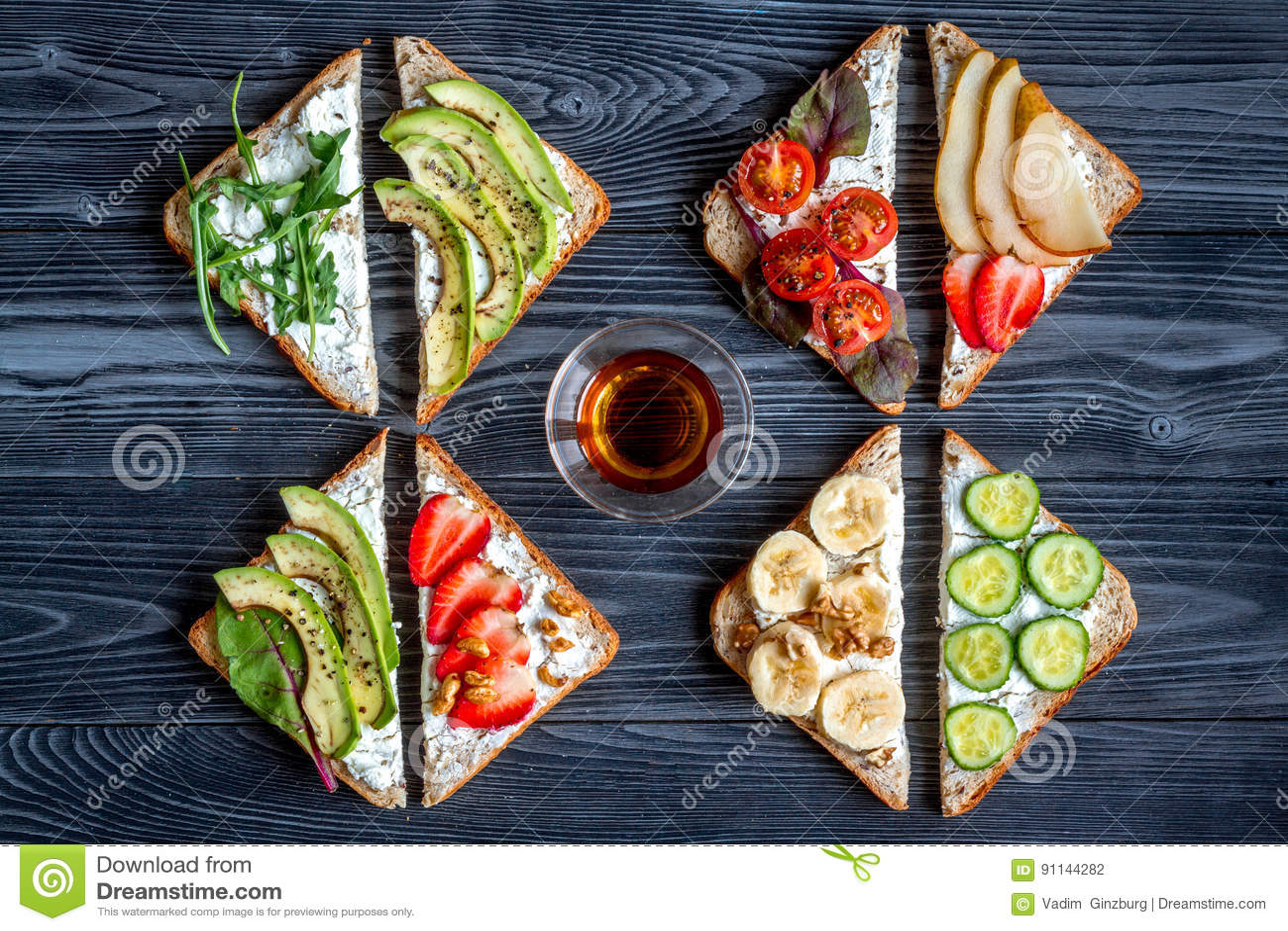 Breskfast da aptidão com opinião superior do fundo escuro caseiro da tabela dos sanduíches