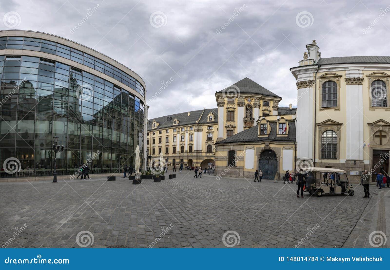 Breslau, Polen - 3. Mai 2019: Kathedrale von Johannes in Breslau, wei?e Wolken des Landschaftsfr?hlingstagesblauen Himmels