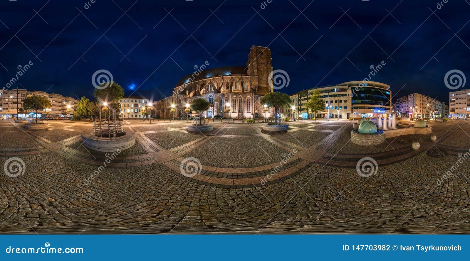 BRESLAU, POLEN - SEPTEMBER 2018: volles nahtloses kugelf?rmiges Nachtpanorama 360 Grad des Bezirkes Ostrow Tumski mit Helmen von