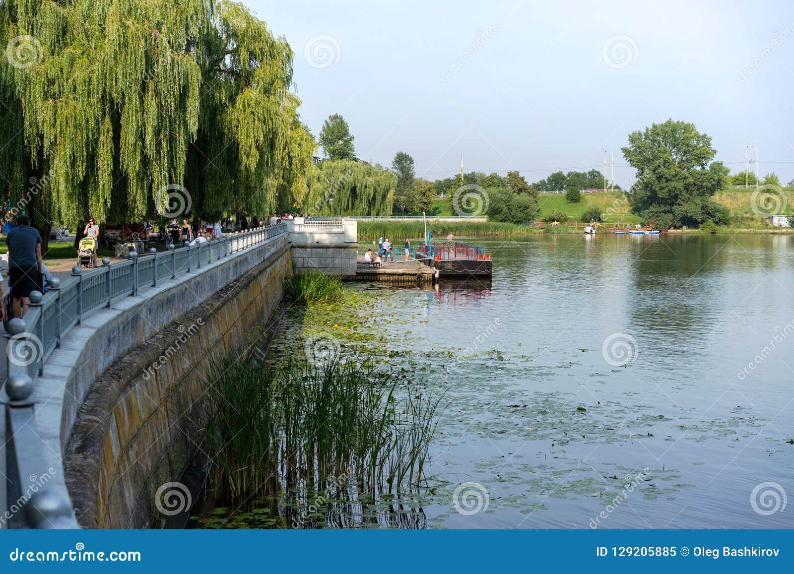 BREST, ΛΕΥΚΟΡΩΣΙΑ - 28 ΙΟΥΛΊΟΥ 2018: Ανάχωμα του ποταμού Mukhovets, Brest