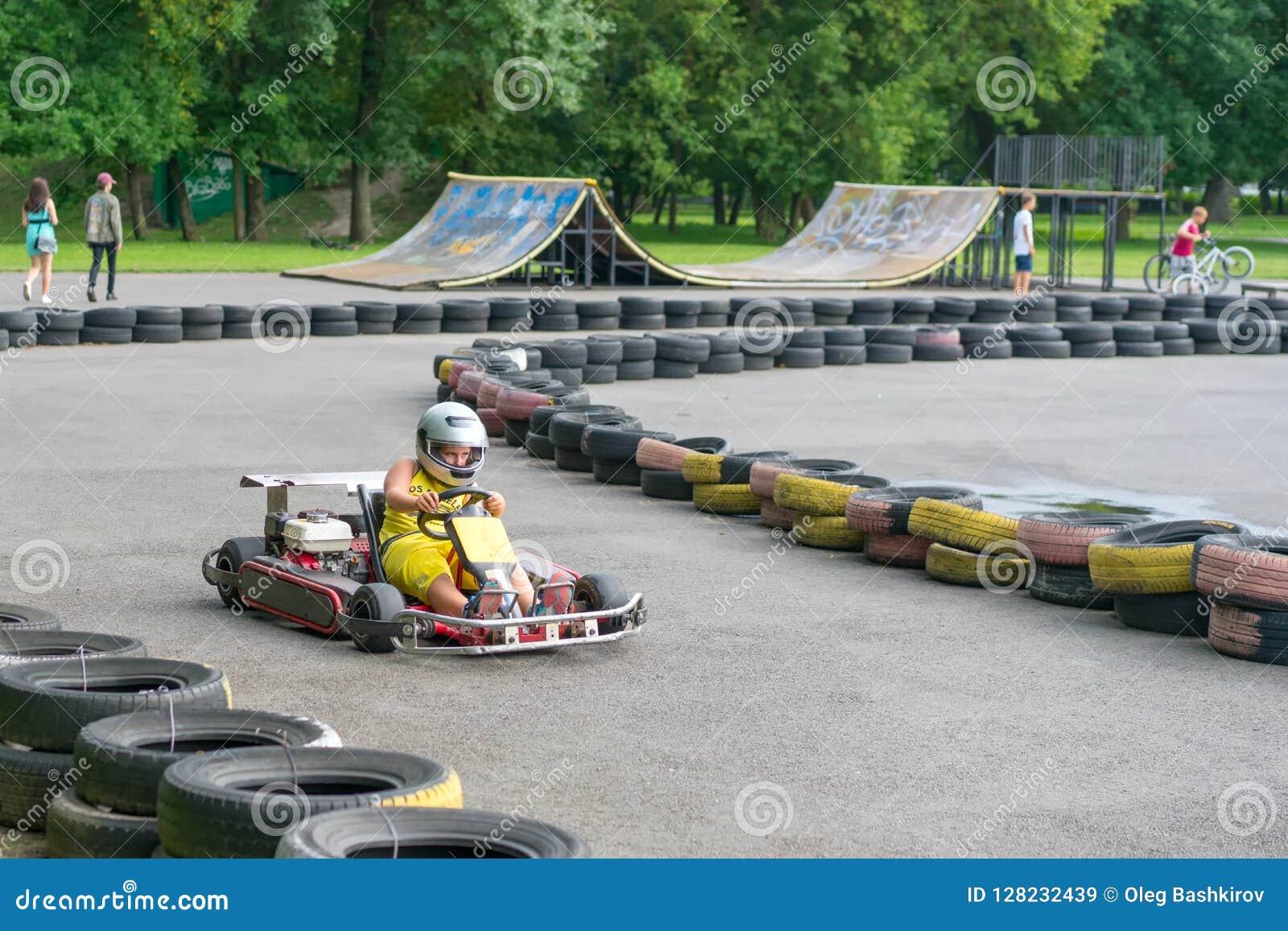 Brest, Weißrussland - 27. Juli 2018: Fahrer in kart tragendem Sturzhelm, Anzug laufend nehmen an kart Rennen teil