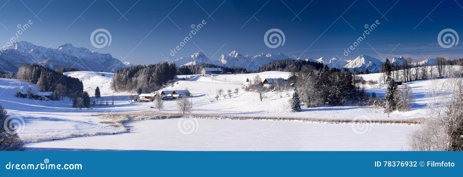 Brett panoramalandskap i Bayern med den fjällängberg och sjön i vinter
