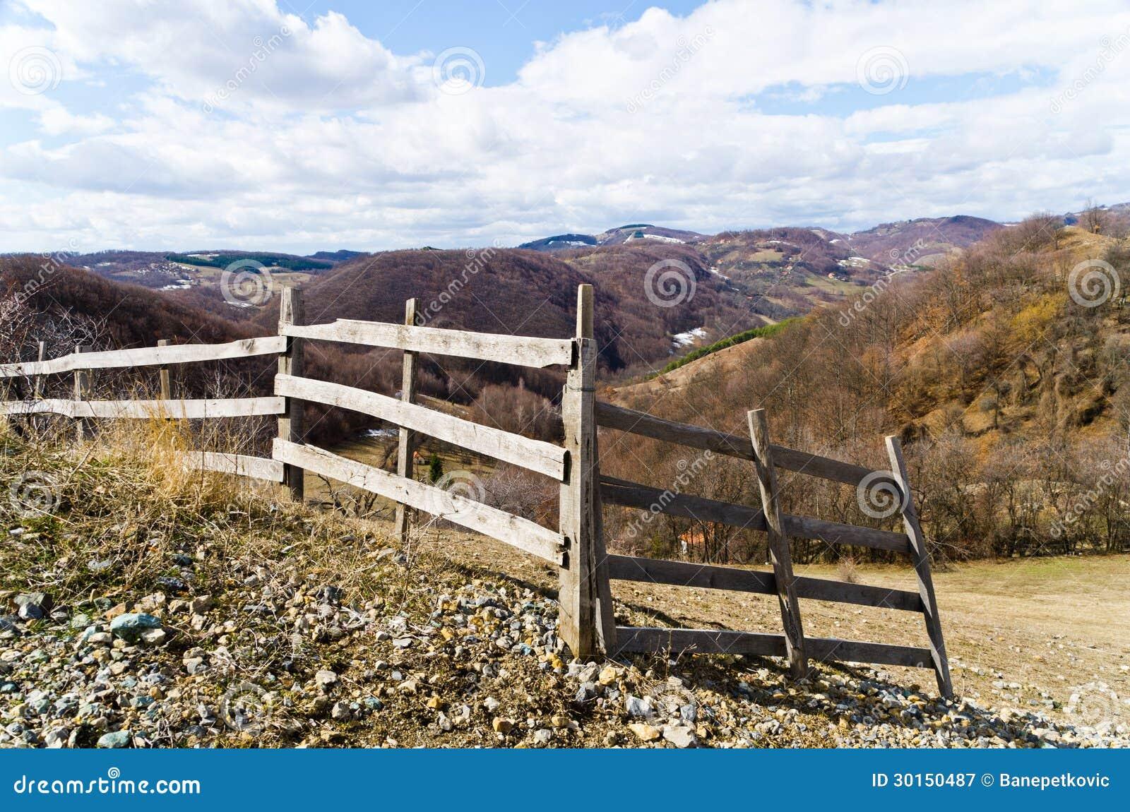 Bretterzaun auf einem Hügel