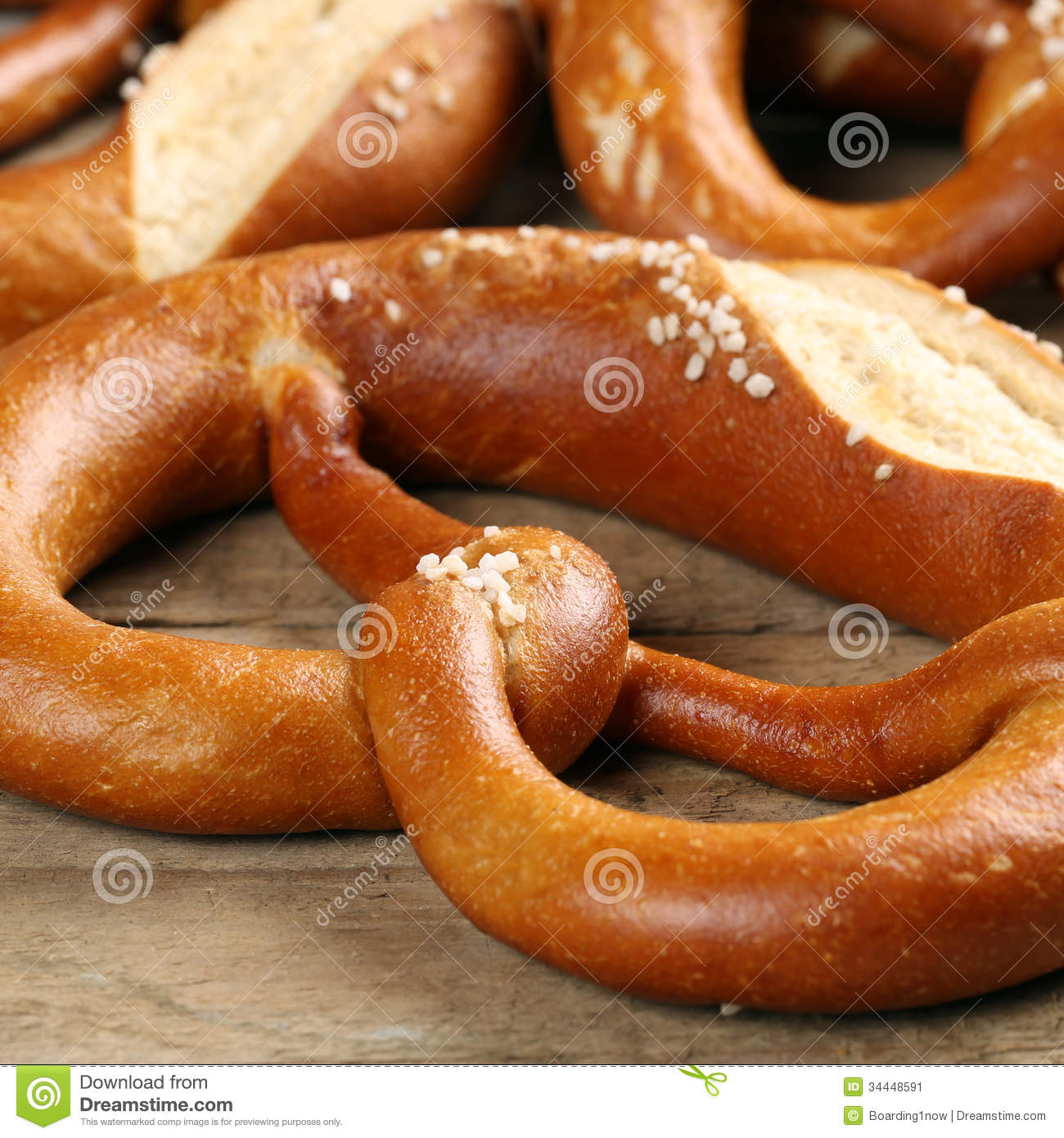 Bretzel allemand sur une table en bois image stock image for A table en allemand