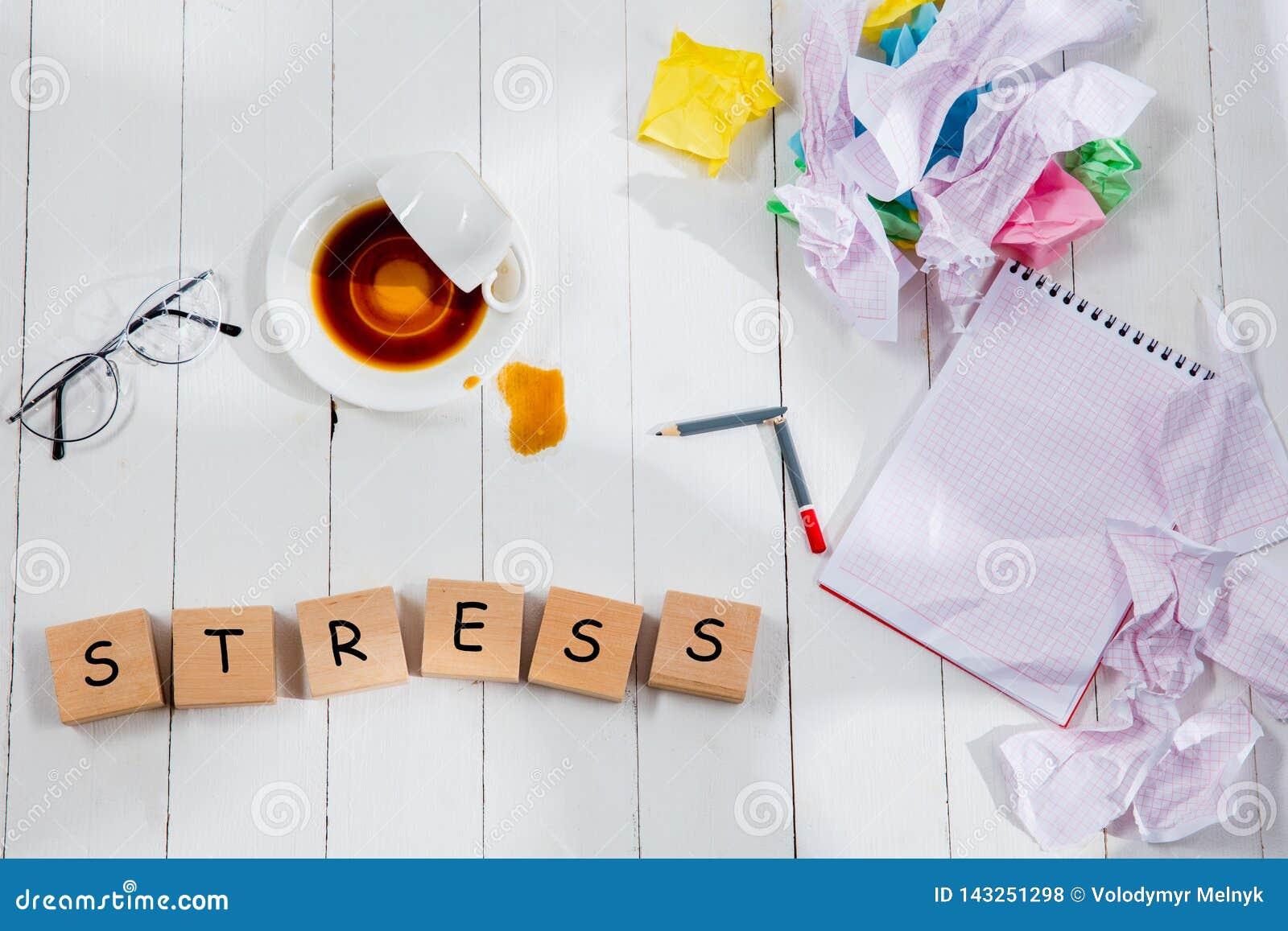 Brevpapper och ord SPÄNNING som göras av bokstäver på träbakgrund