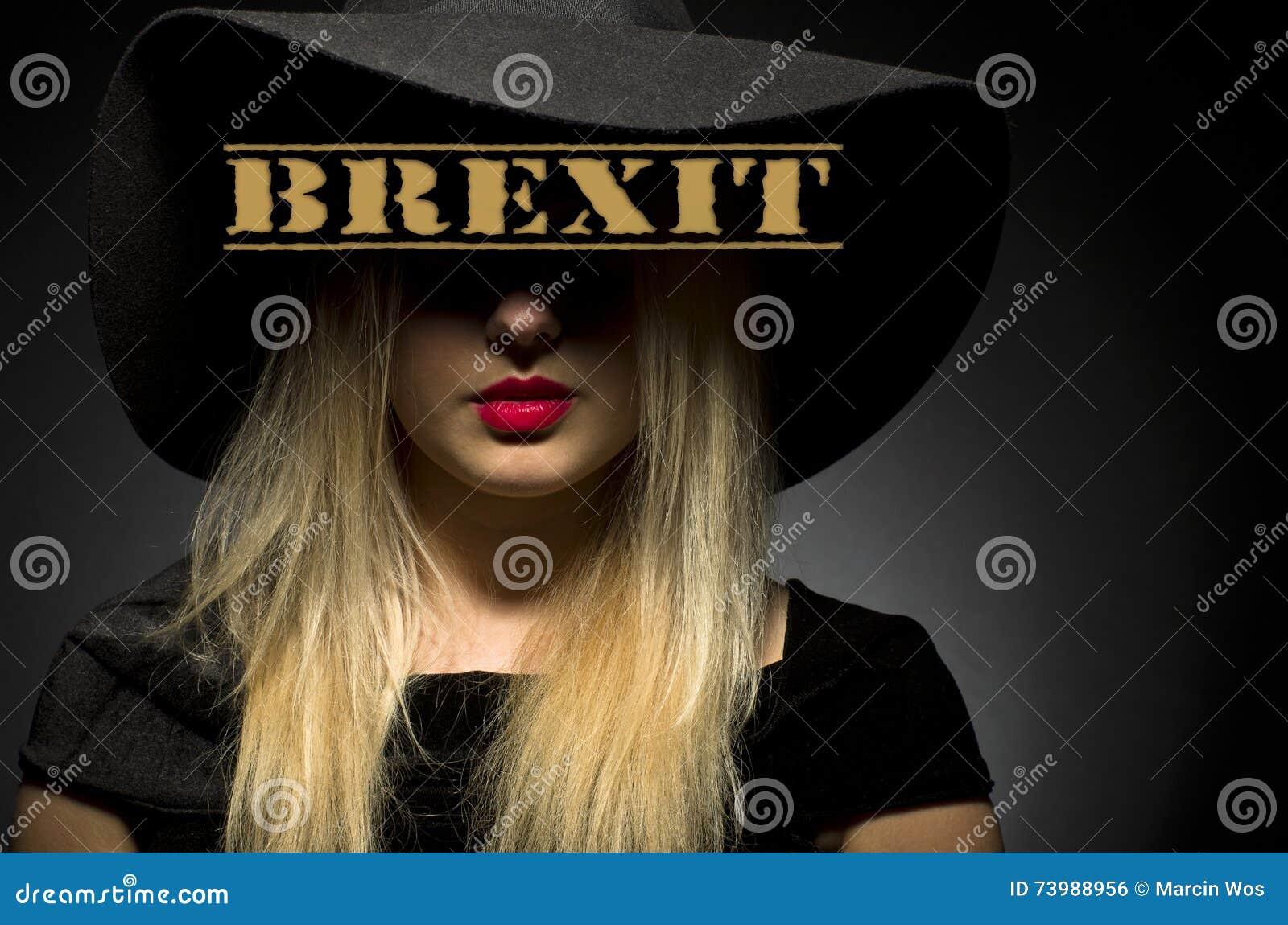 Brexit op zwarte hoed wordt geschreven die Vrouw in zwarte grote hoed