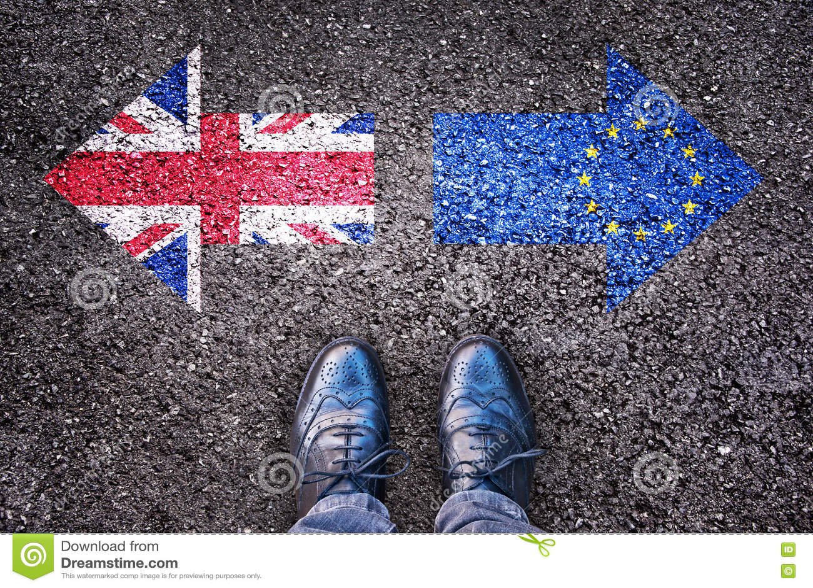 Brexit, vlaggen van het Verenigd Koninkrijk en de Europese Unie op asfaltweg