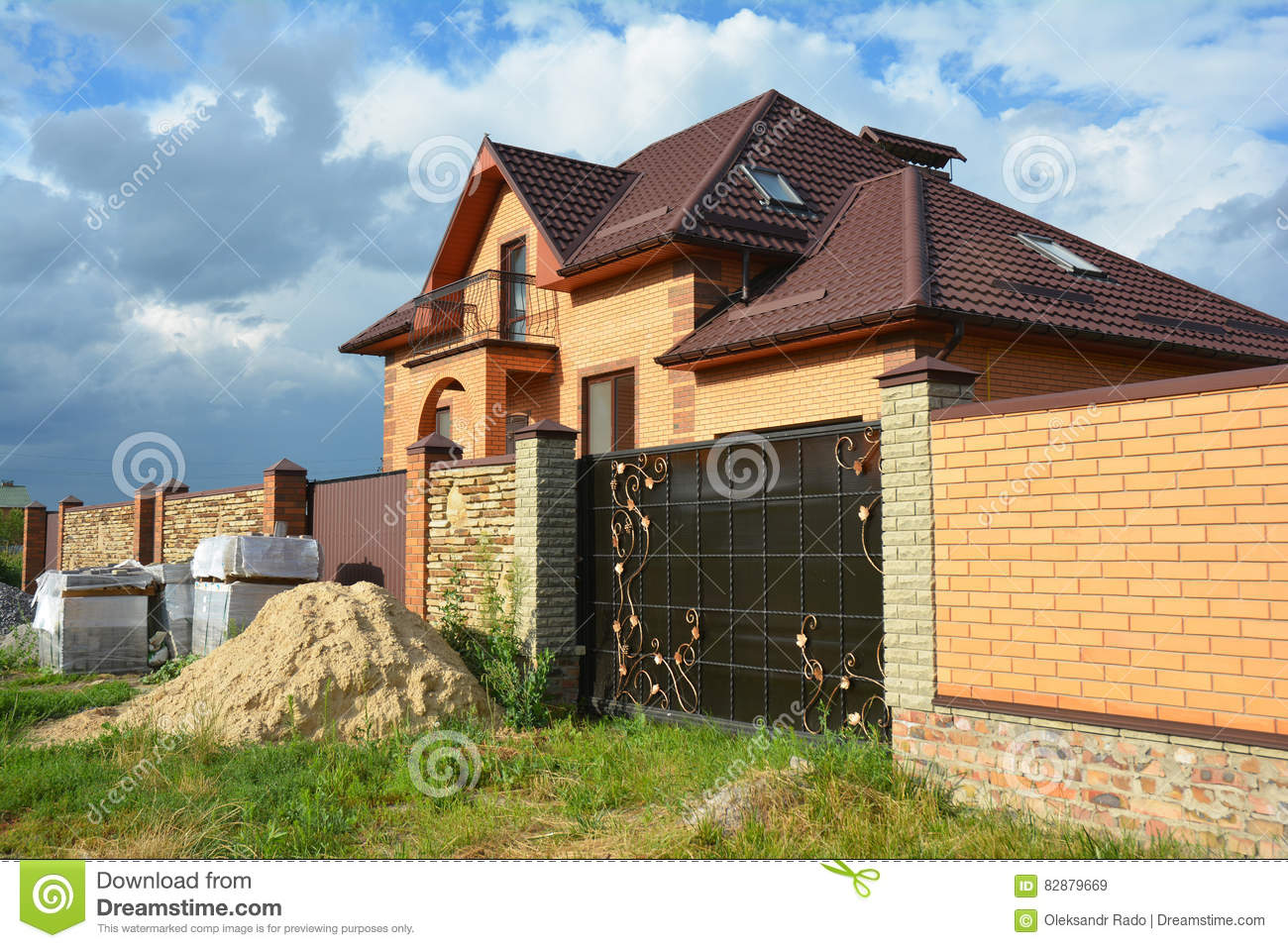 Brick and metal fence with metal gate of modern style for Brick house construction