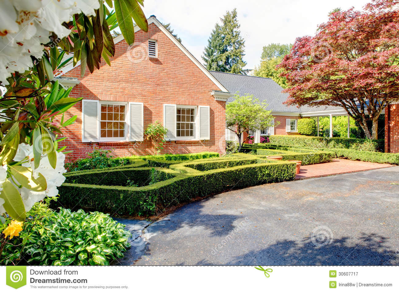 Brick red house with english garden and white window for Fenetre in english