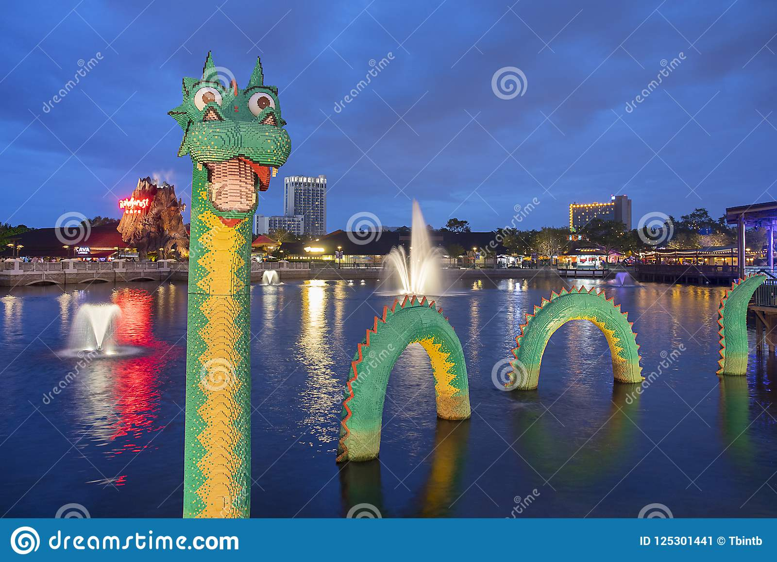 Brickley las primaveras de Lego Water Dragon At Disney en la noche