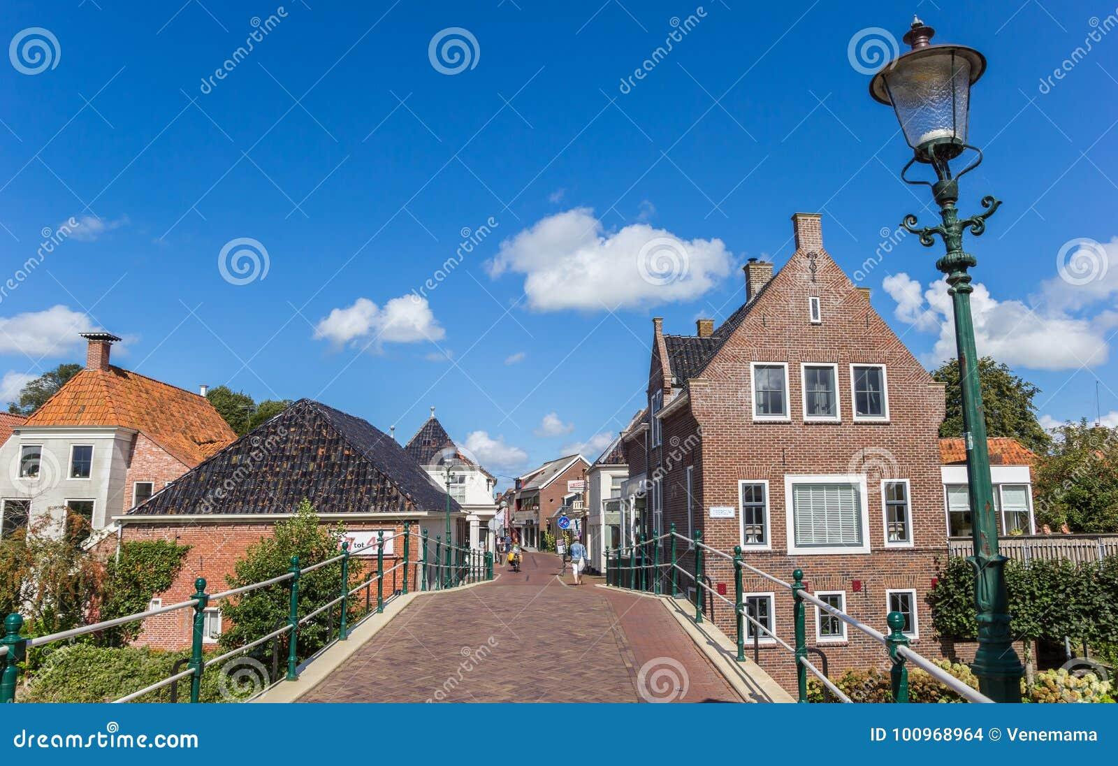 Bridżowa i środkowa ulica w Winsum