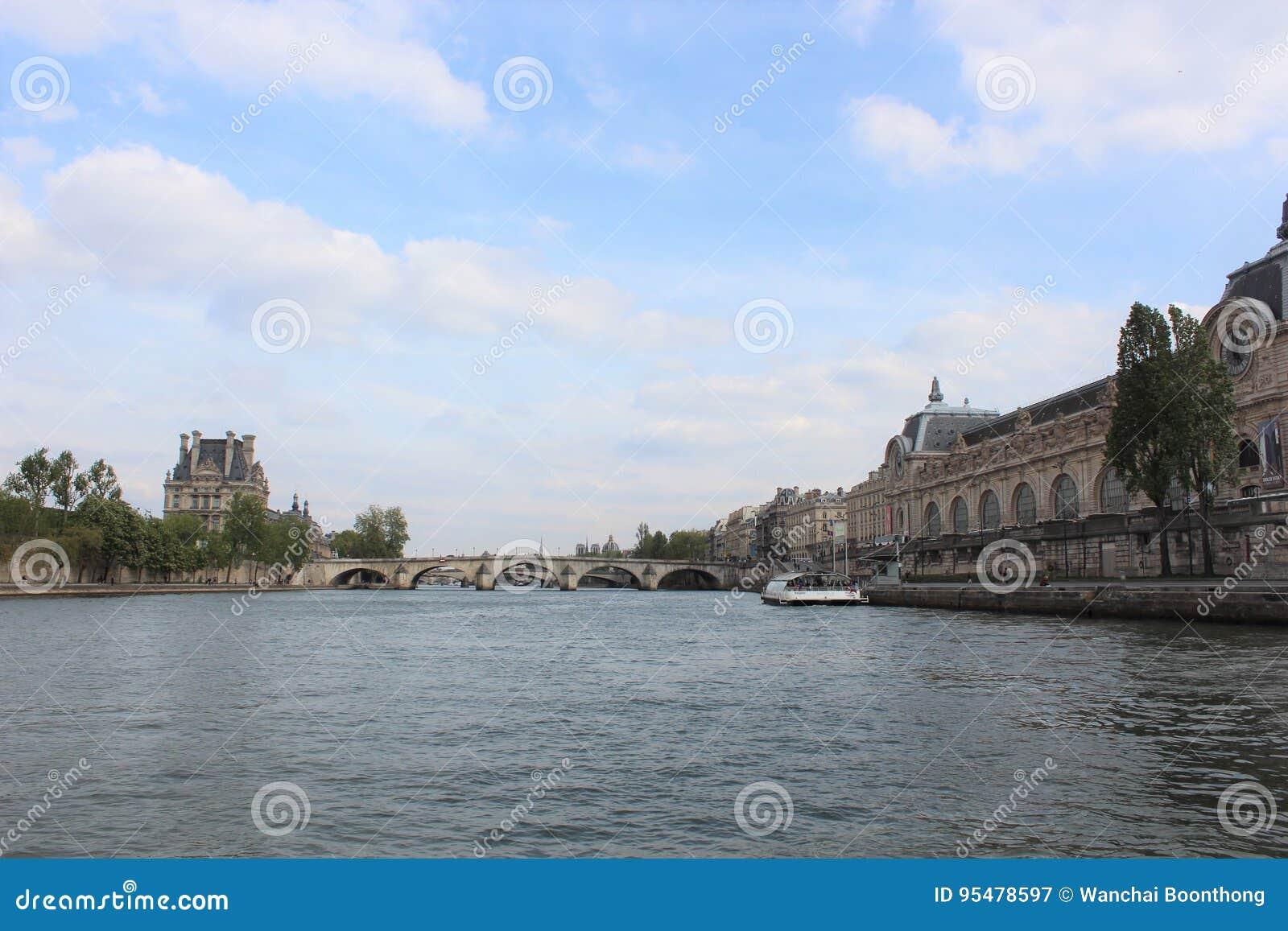 Bridżowy nowożytny Paris rzeki wonton