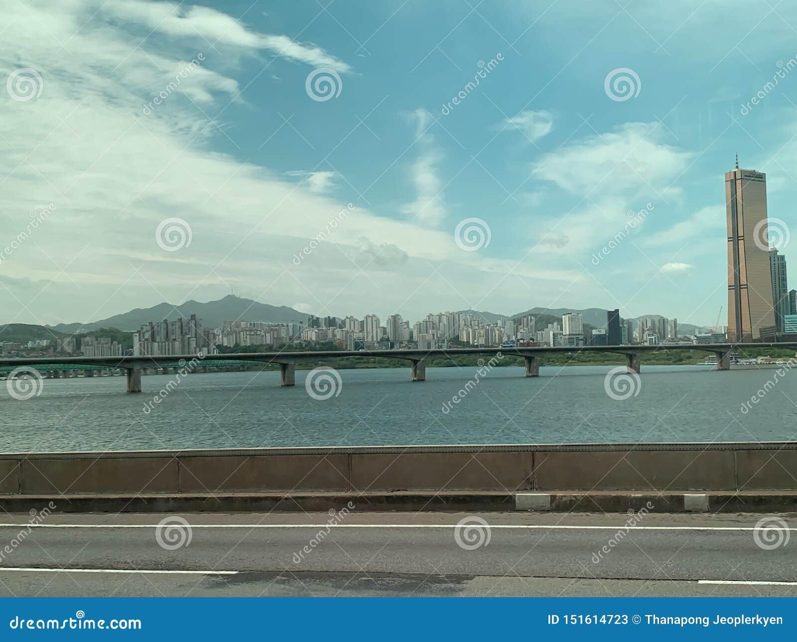 Bridżowy rzeczny niebo i duży miasta tło