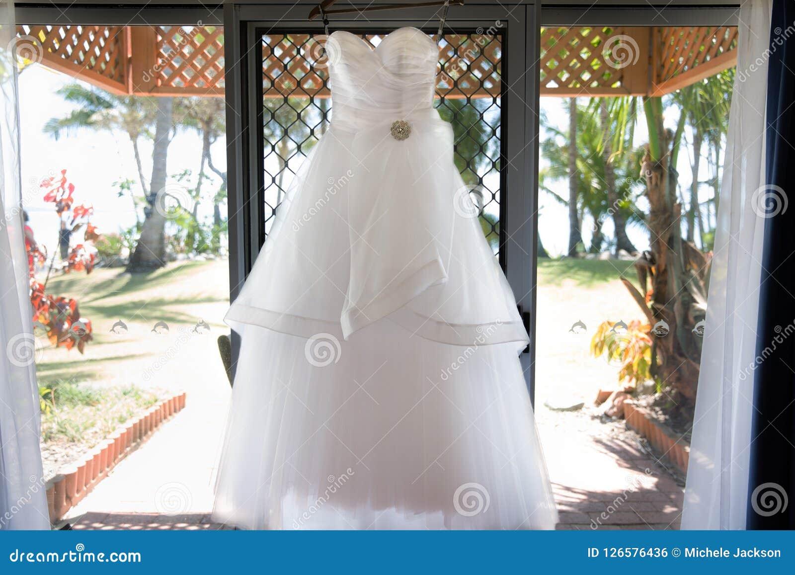 Bridal смертная казнь через повешение платья до церемонии