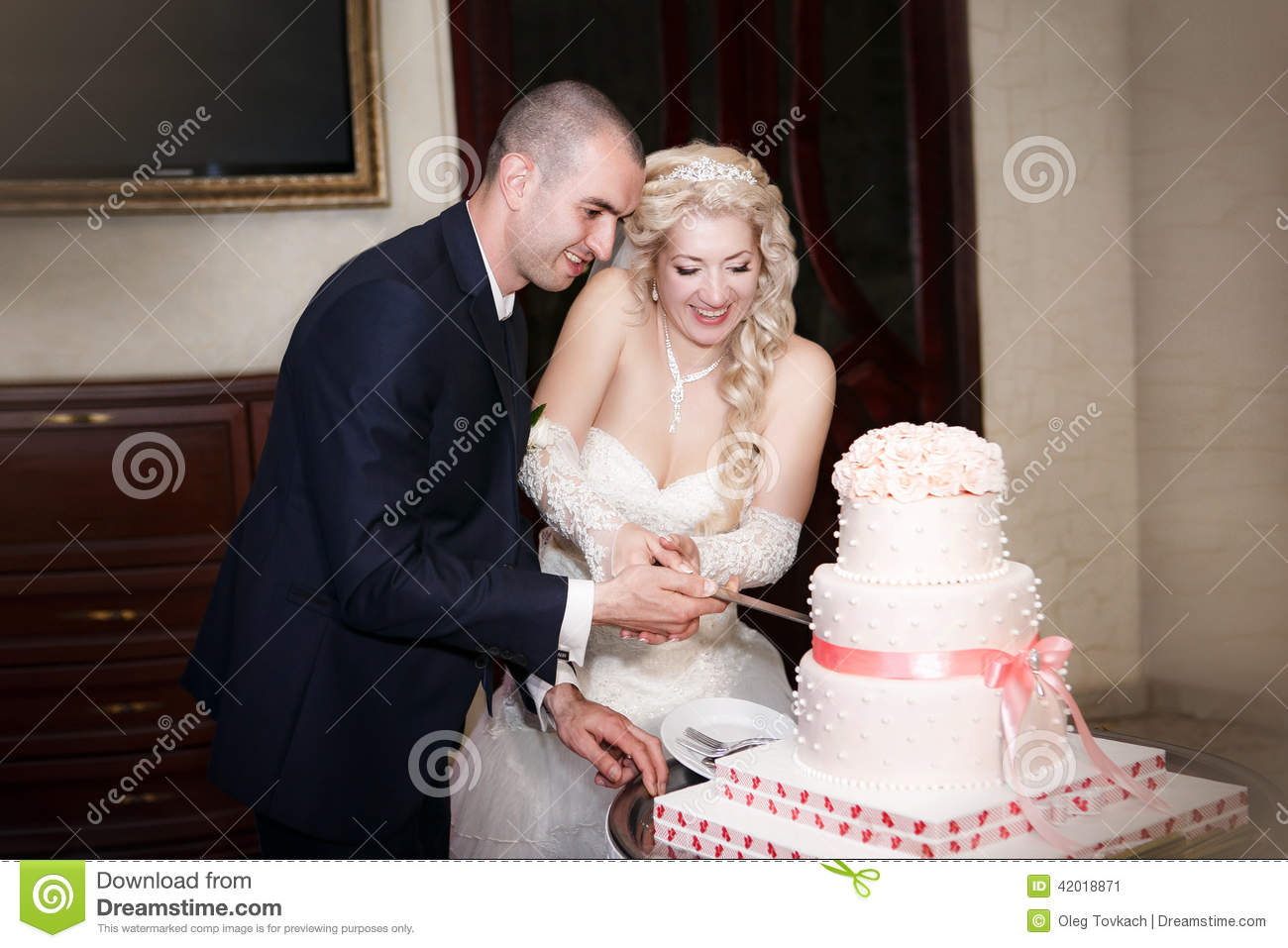 how does the bride and groom cut wedding cake and groom cutting the wedding cake stock image 15365