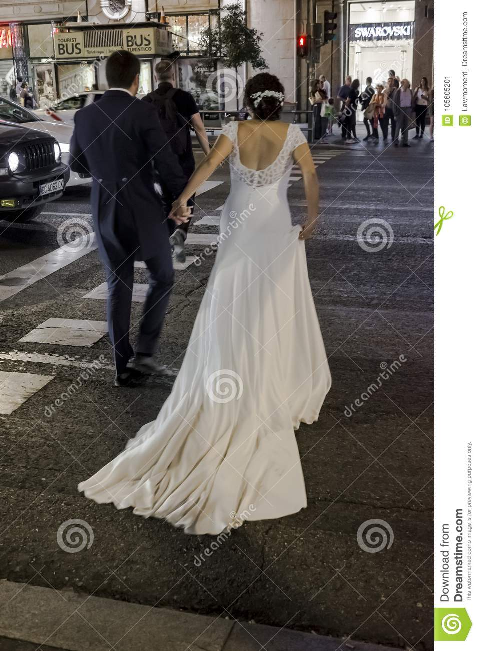 repentinamente erosión valor  Bride And Groom In Gran Via Madrid Editorial Photo - Image of abroad,  background: 105605201
