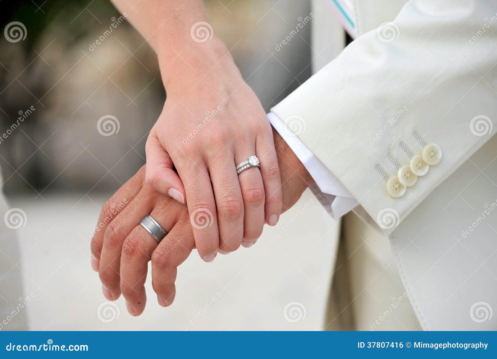 Обручальные кольца на руках жениха и невесты своими руками
