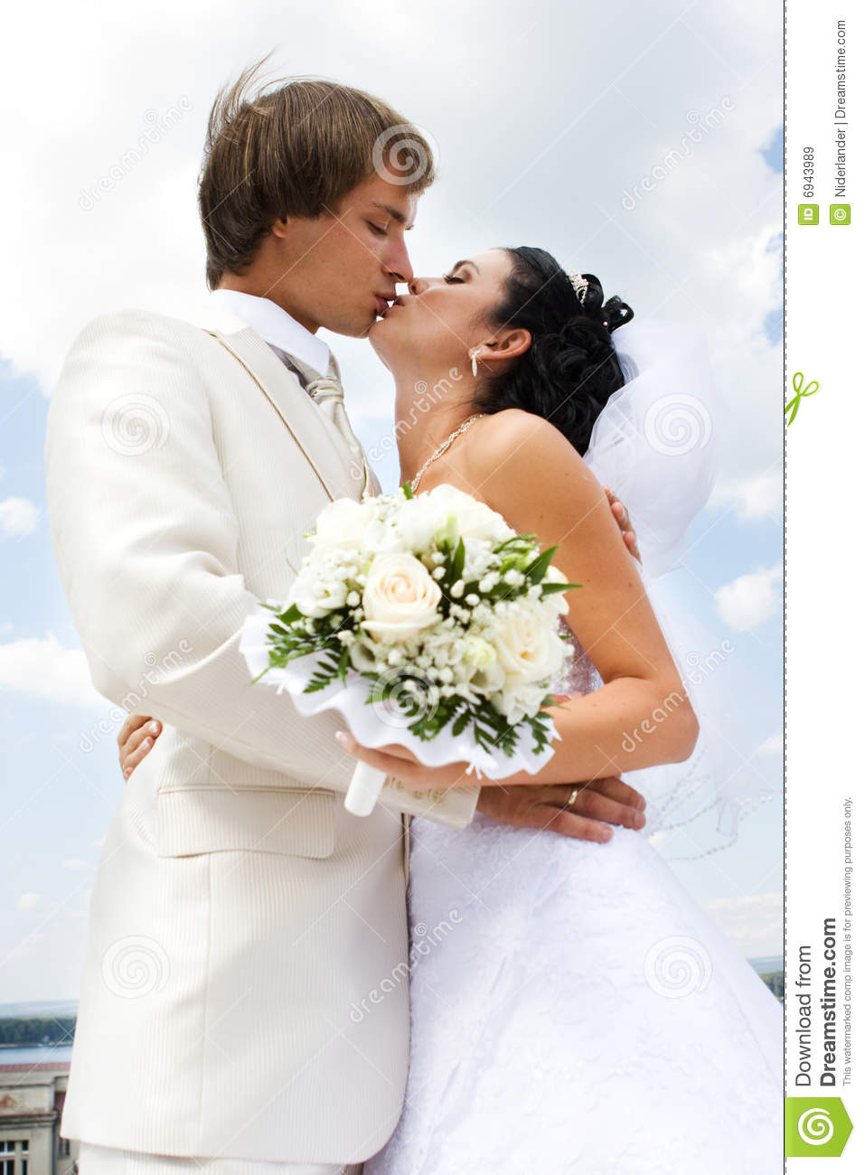Bride And Groom Kissing Royalty Free Stock