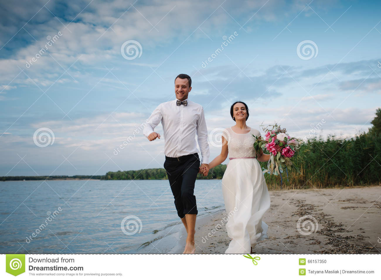 Admirable The Bride And Groom Running On The Beach Wedding Download Free Architecture Designs Scobabritishbridgeorg