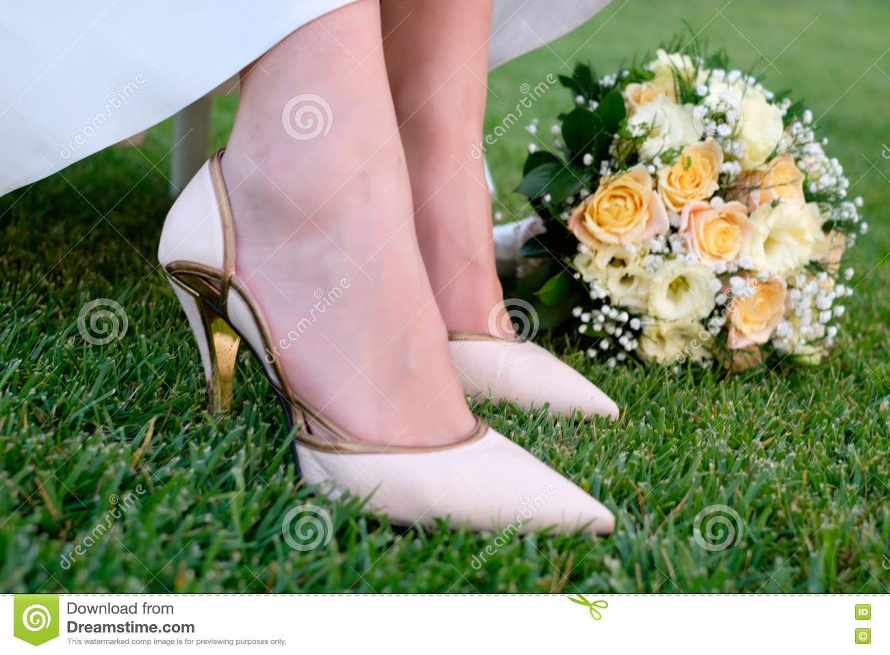 8e9e71237ec Bride Keeping In Her Hands Wedding Bouquet Stock Photo - Image of ...