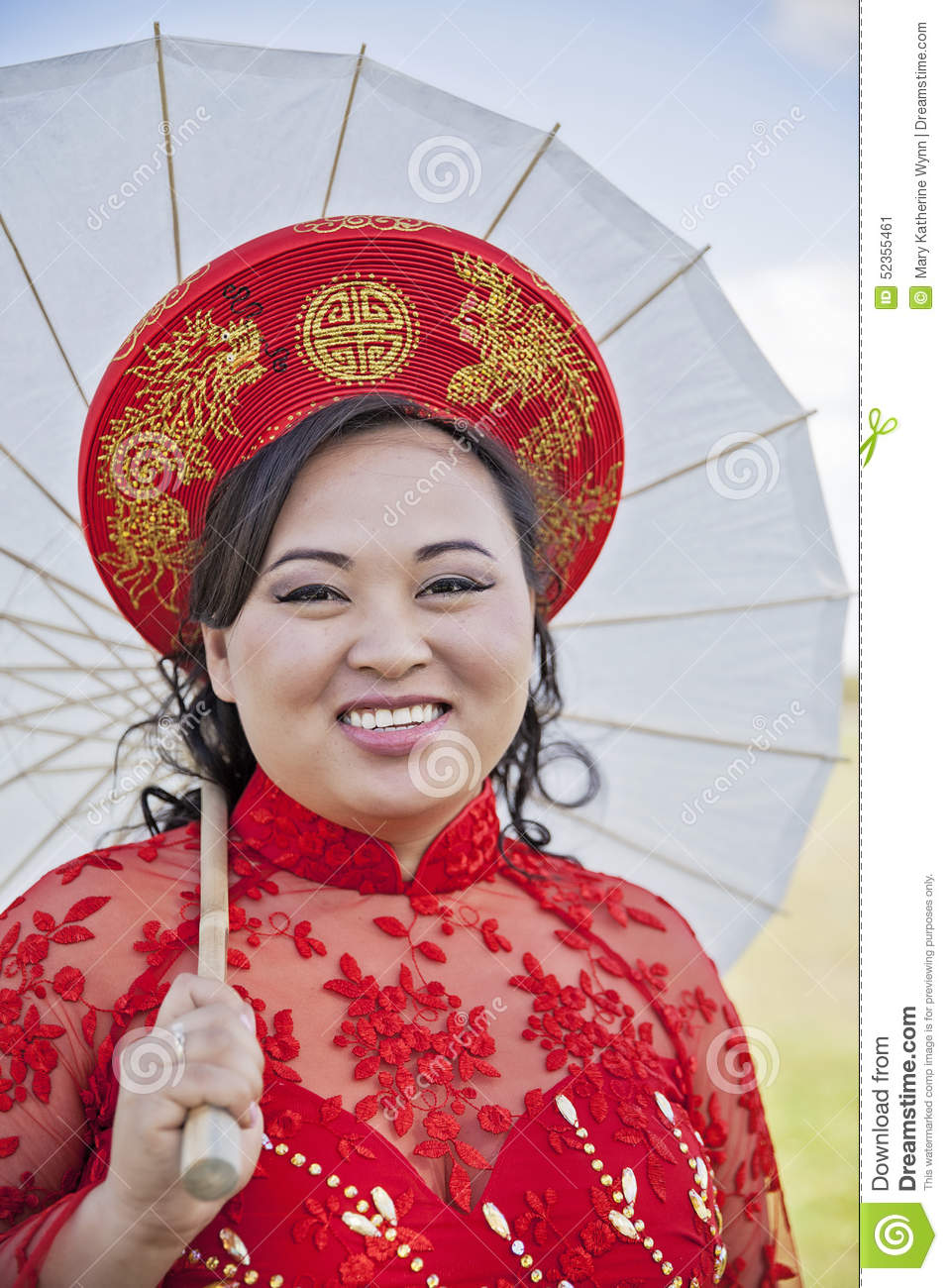 Bride Wearing Vietnamese Ao Dai Stock Image - Image of parasol ...