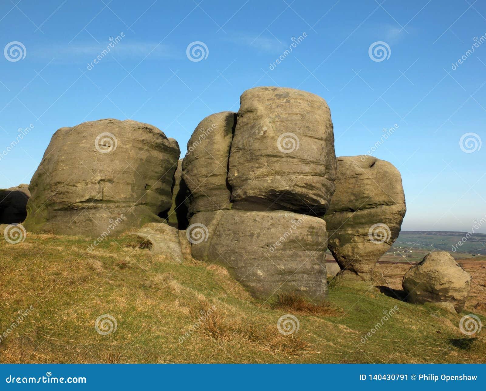 Bridestones een grote groep de vormingen van de gritstonerots in het landschap van West-Yorkshire todmorden dichtbij