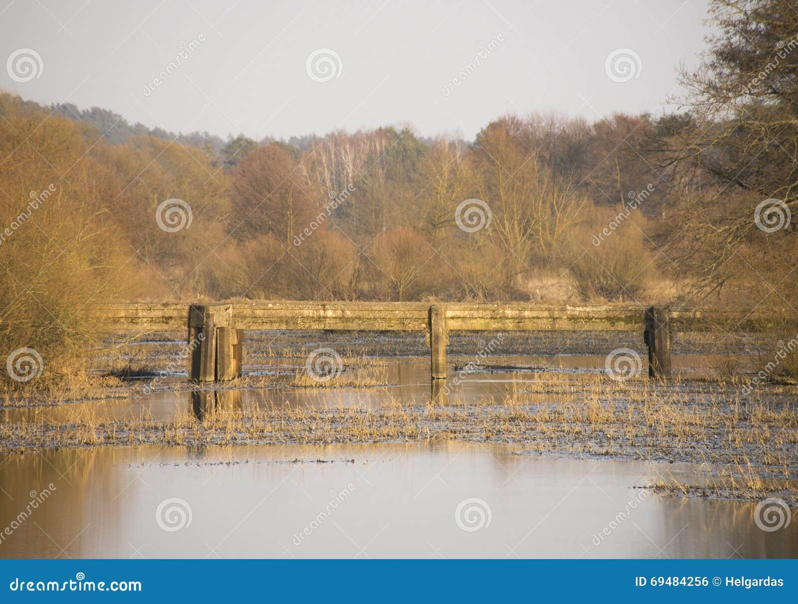 Bridge den gammala over floden