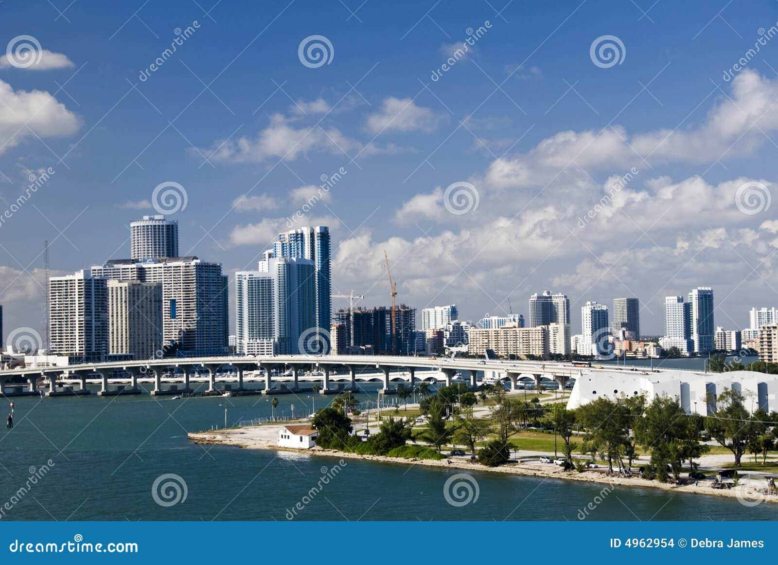 bridge linia horyzontu miasta miami  zdj u0119cie stock