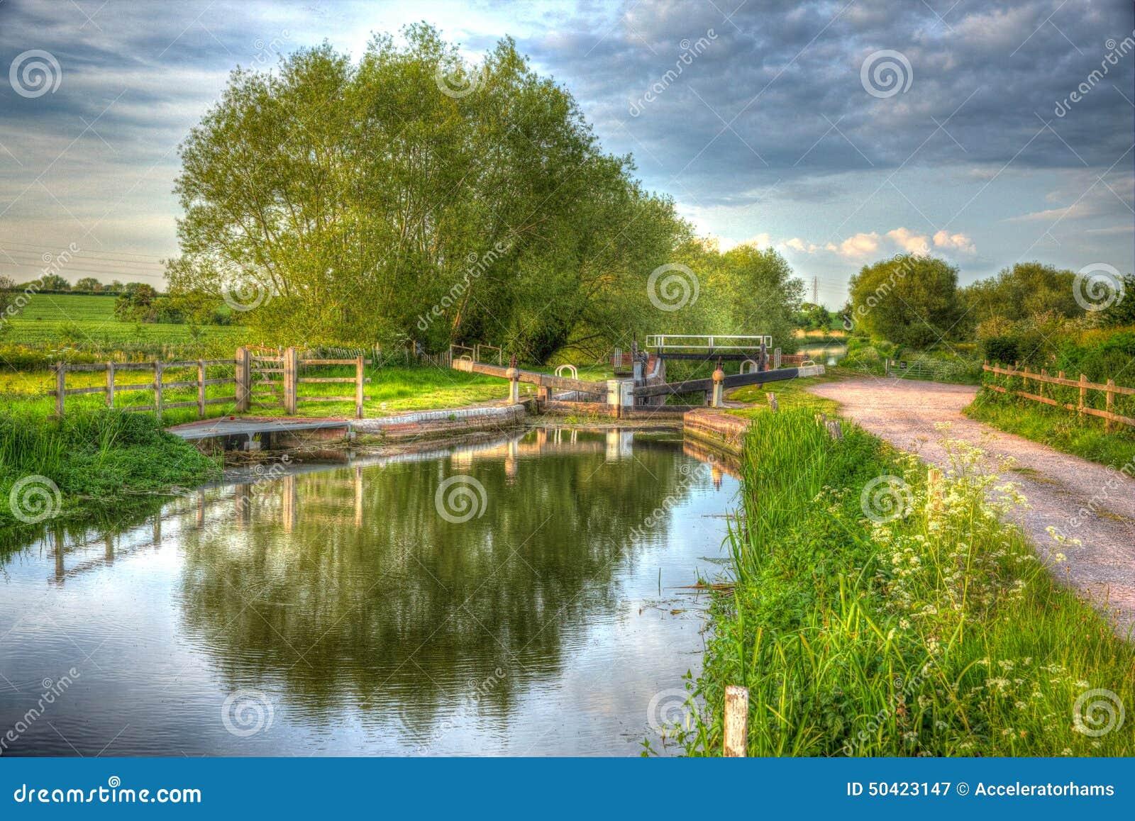 Bridgwater och Taunton kanal Somerset UK på för stillhet dag fortfarande i färgglade HDR