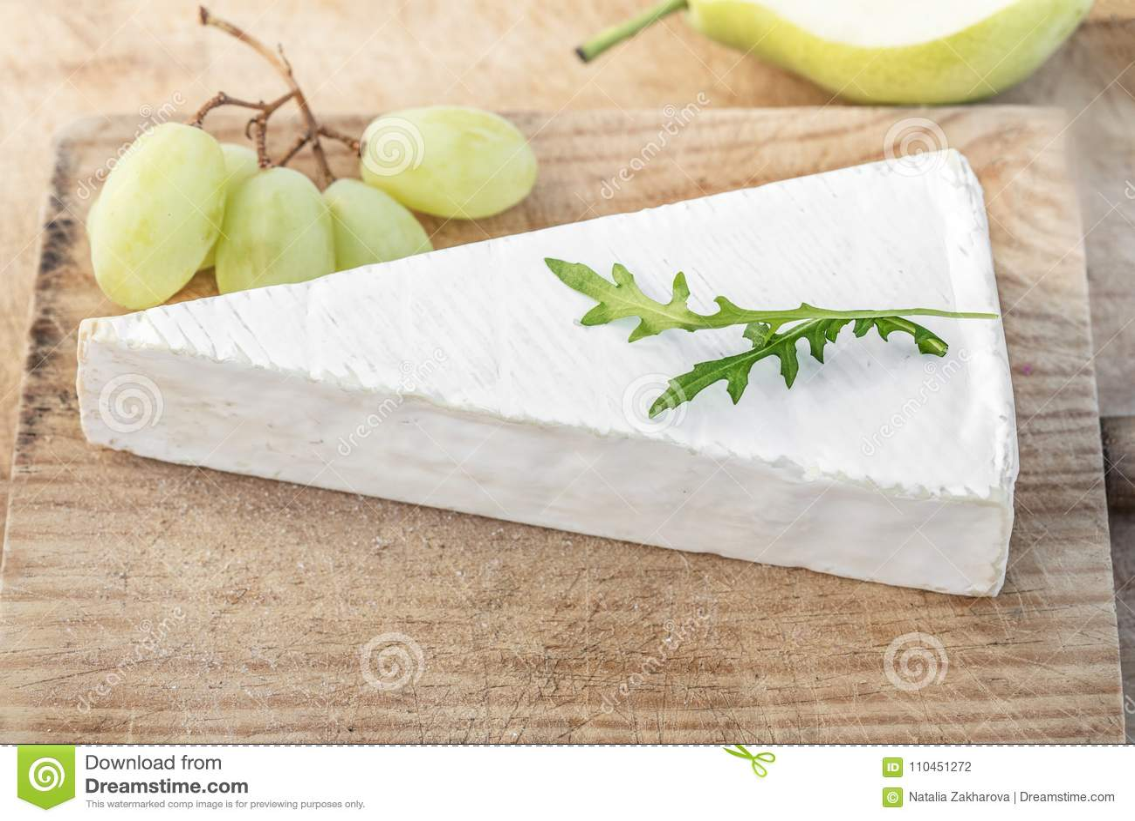 Brie Cheese fraîche sur la planche à découper avec des raisins et des fruits, dessus