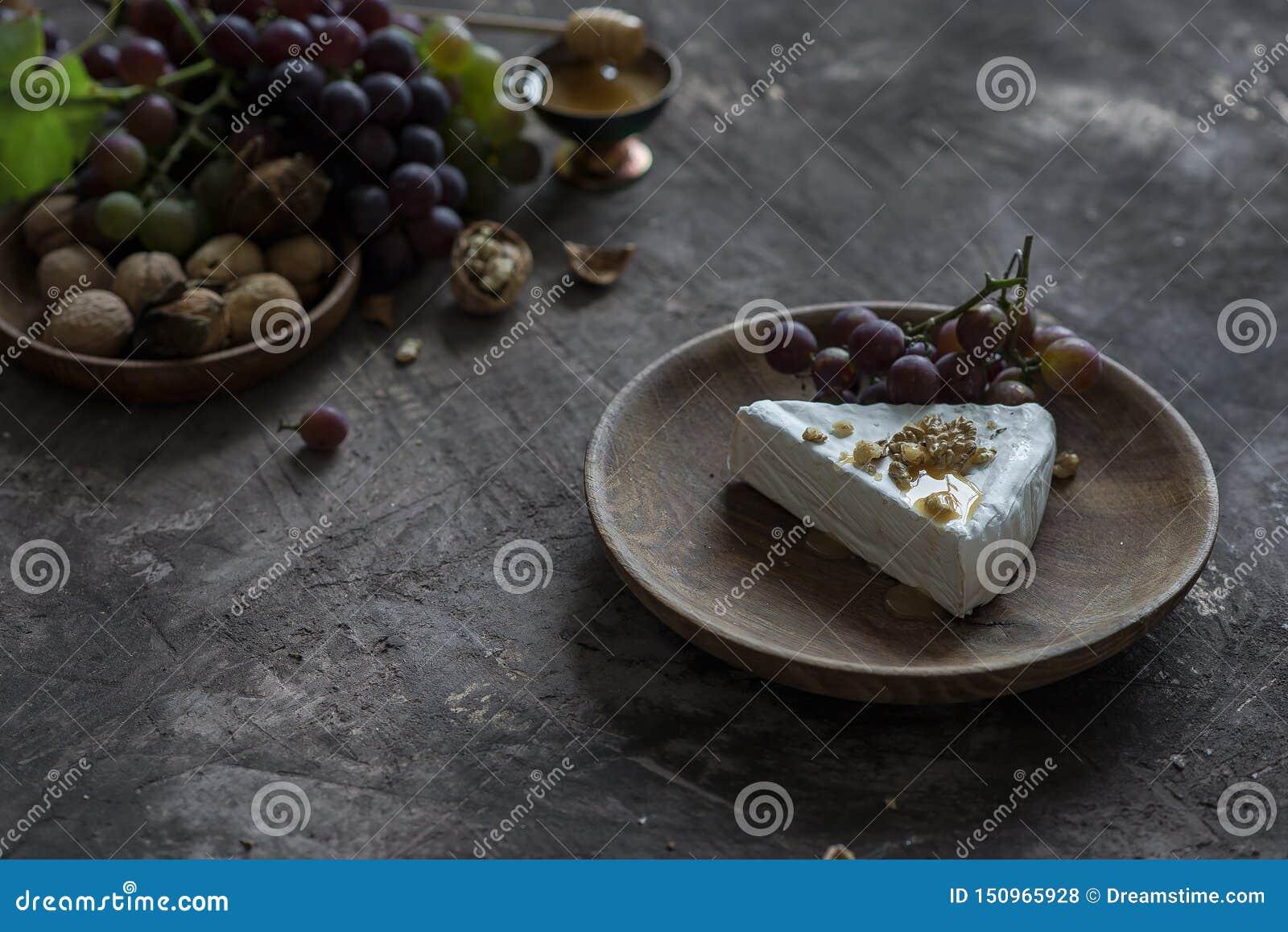Brie serowy curd z miodem, orzechami włoskimi i winogronami,