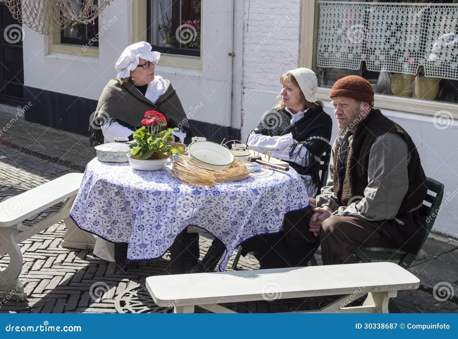 传统服装的人们在街道