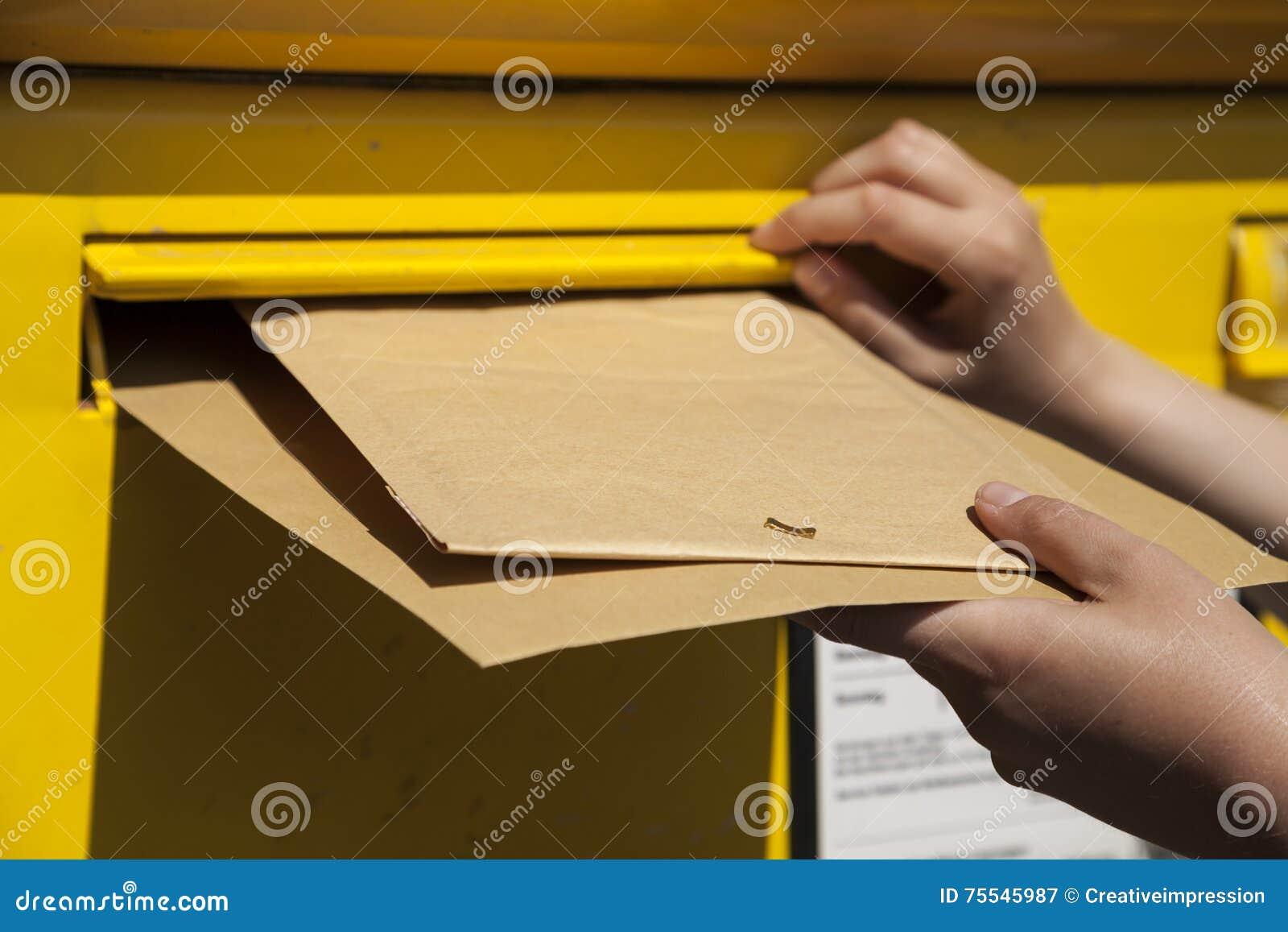 Brieven in brievenbus