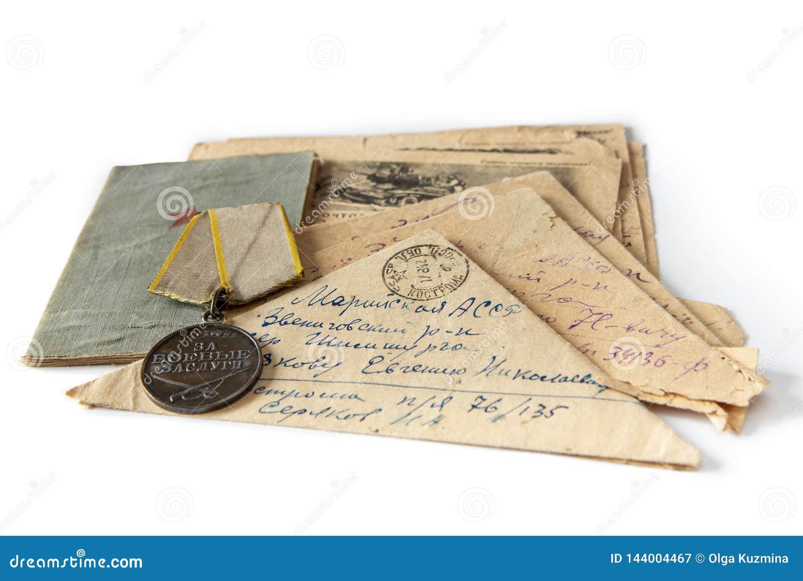 Brieven van de voorzijde van de Grote Patriottische Oorlog Het boek, de orde, en de brief-driehoeken van de militair op een wit g