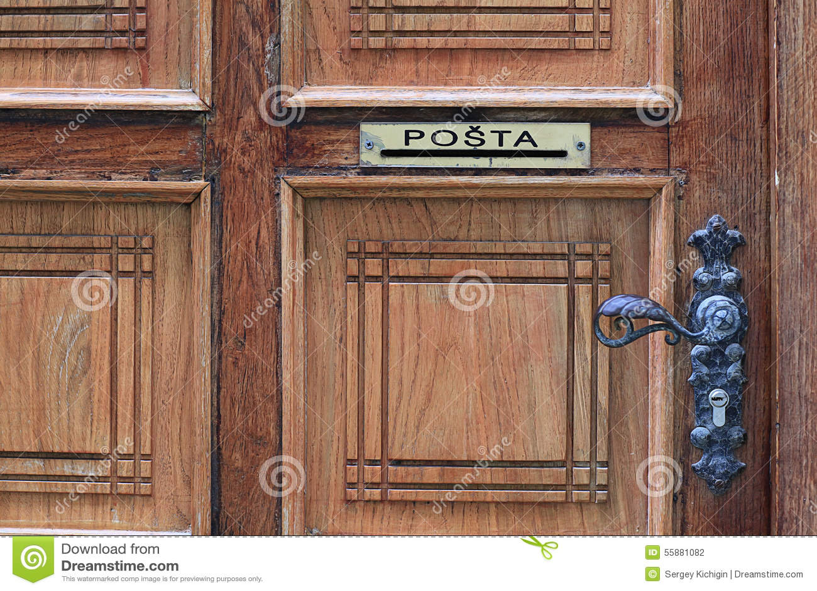 Brievenbus in houten deur