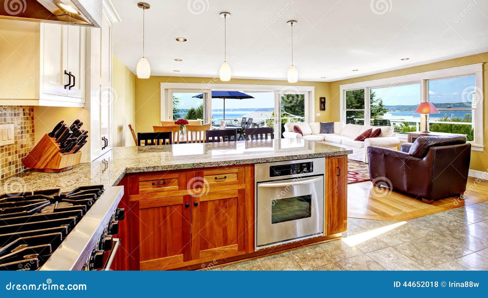 Bright house interior living room with walkout deck and for Sala de estar antigua