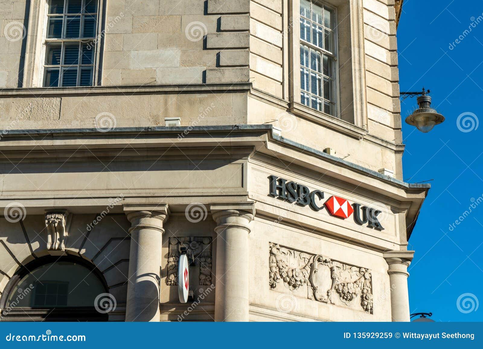 Brighton England-6 Oktober, 2018: Den HSBC banken undertecknar in ingången av kontoret för den HSBC bankfilialen i stadsstaden av