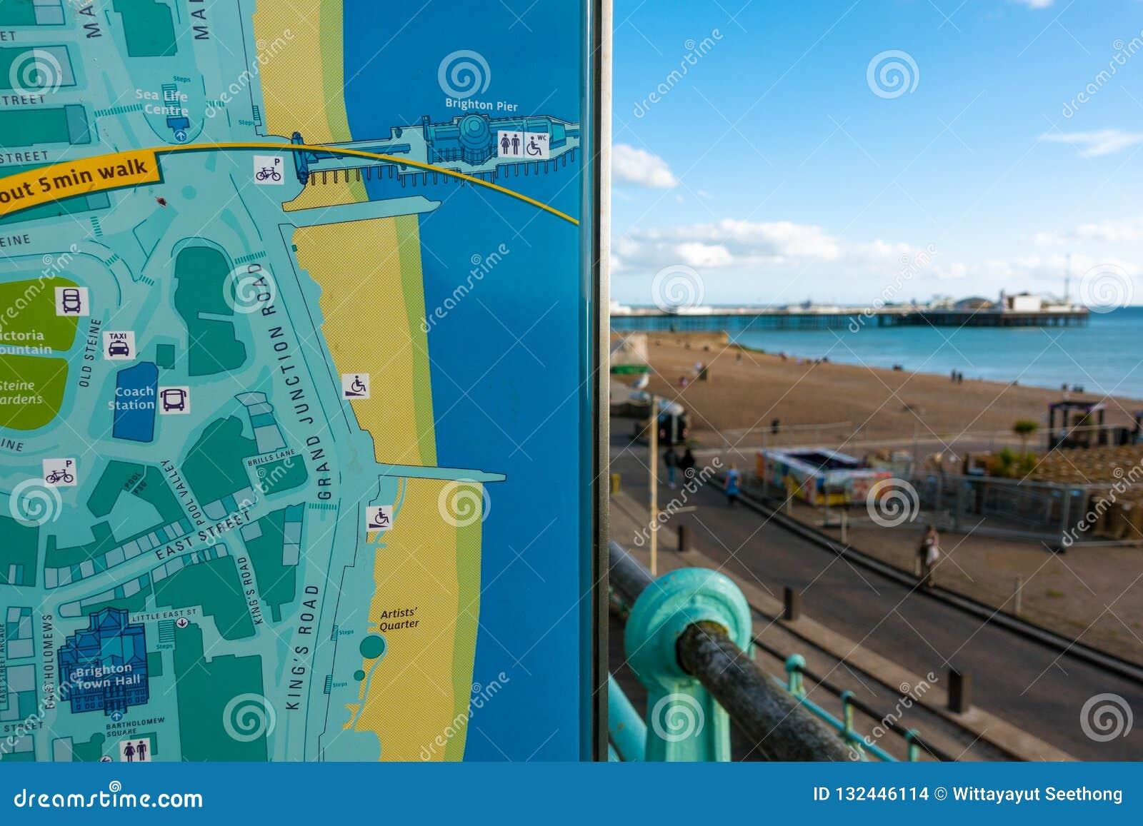 Brighton, Inghilterra 1° ottobre 2018: Il giovane viaggiatore asiatico ha letto ed indicare la città di Brighton City e la mappa