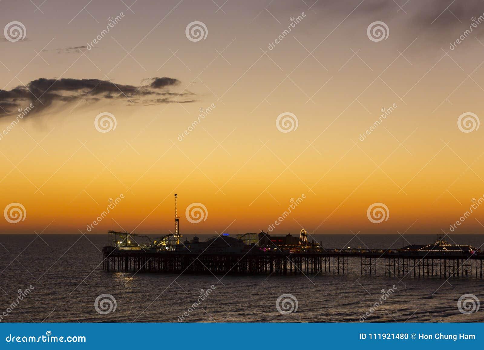 Brighton Palace Pier, conhecido geralmente como Brighton Pier ou o cais do palácio é um cais alistado II do prazer da categoria e