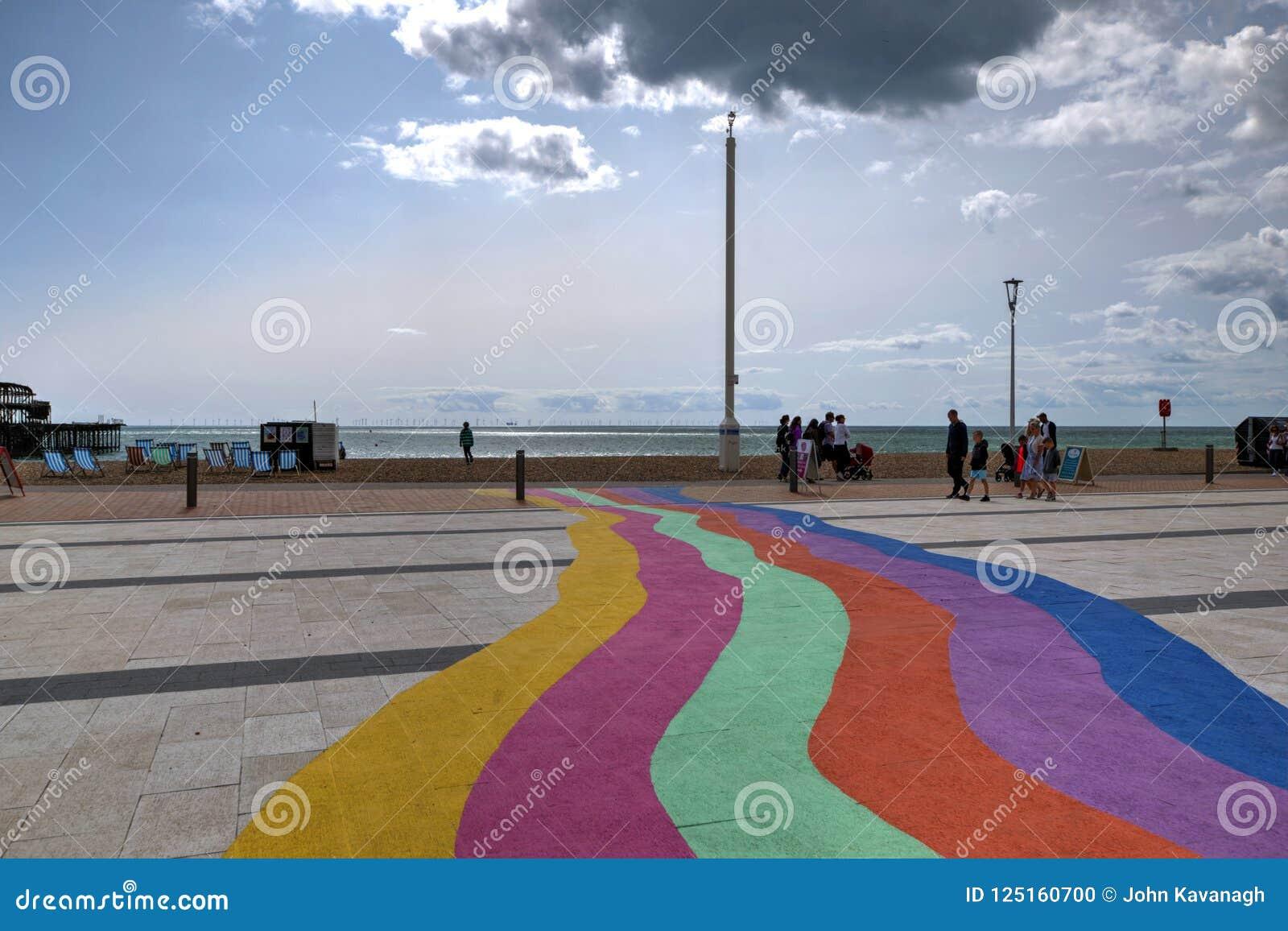 Brighton Seafront, Vereinigtes Königreich, die Regenbogenfarben zeigend gemalt auf die Pflasterung