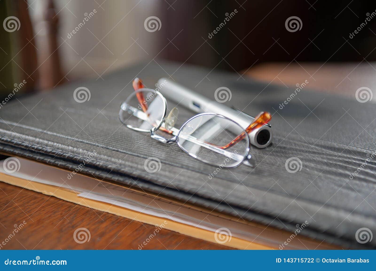 Bril en potlood op dossier